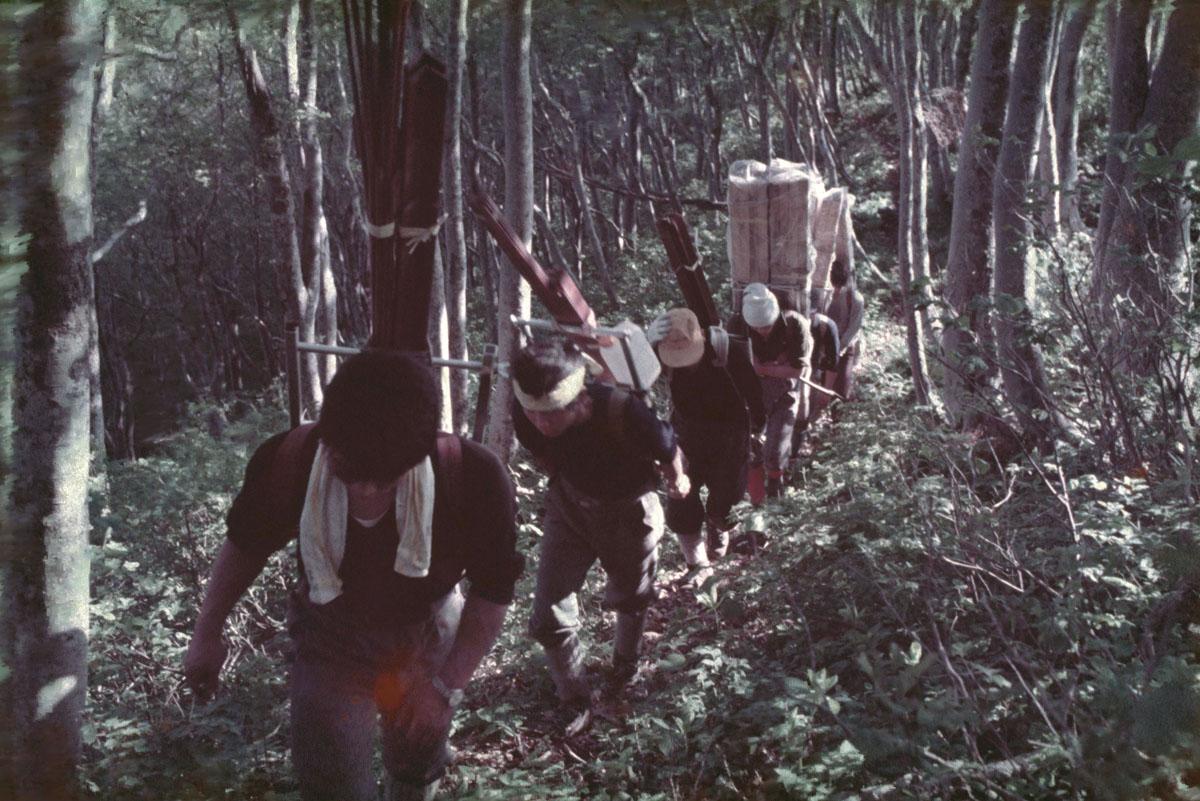 1969_栂海山荘の資材の歩荷